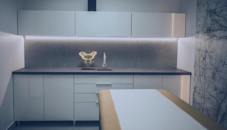 Zdjęcie Zdjęcie gabinetu ortopedycznego. W tle miednica i kręgosłup.